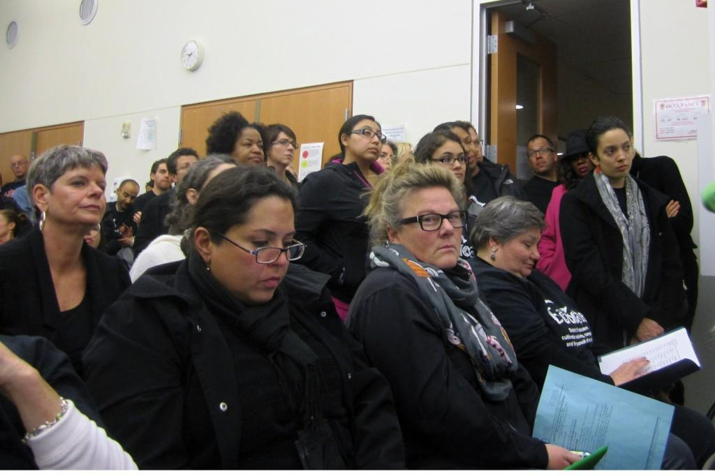 A+standing-room-only+crowd+of+more+than+180+listen+to+the+school+board+discussion+of+Evanston-Skokie+District+65%27s+recently+revised+performance+appraisal+system+Monday+night.+
