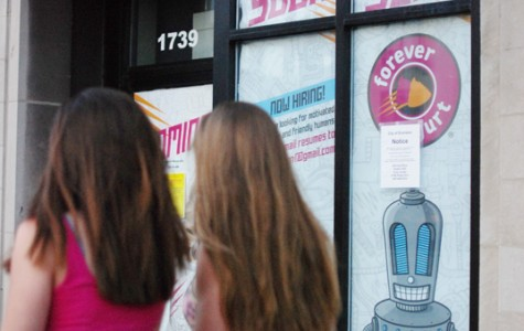 Evanston committee recommends allowing Forever Yogurt sidewalk furniture