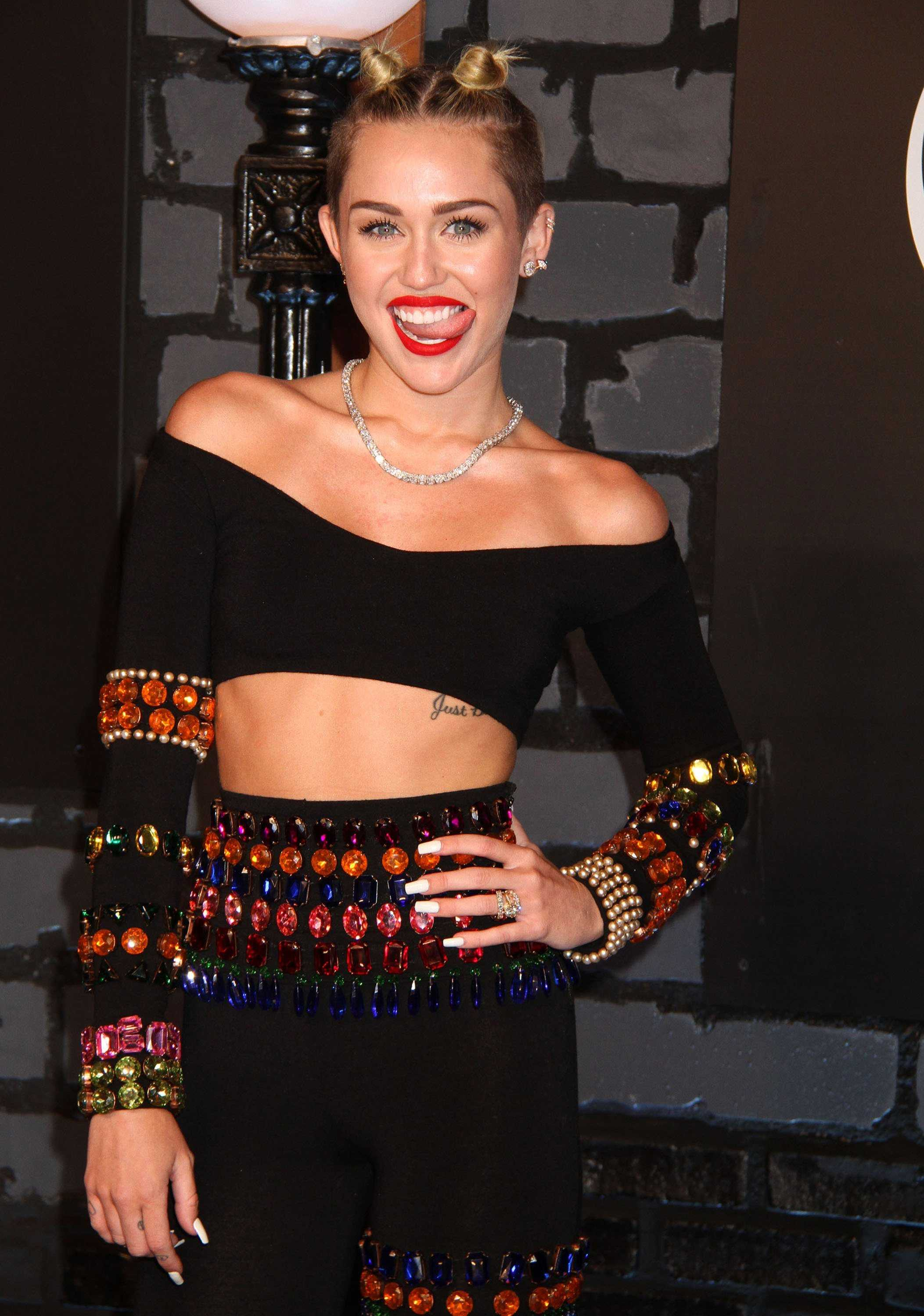 Miley Cyrus is yet again the topic of entertainment news. Sufjan Stevens decided to follow Sinead O'Connor and wrote an open letter to Cyrus, this time criticizing her grammar.