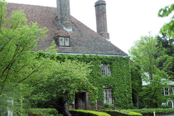 Evanston Art Center officials said Monday night they wish to stay at the Harley Clarke Mansion, 2603 Sheridan Rd. They spoke at a packed meeting of the city's Human Services Committee.