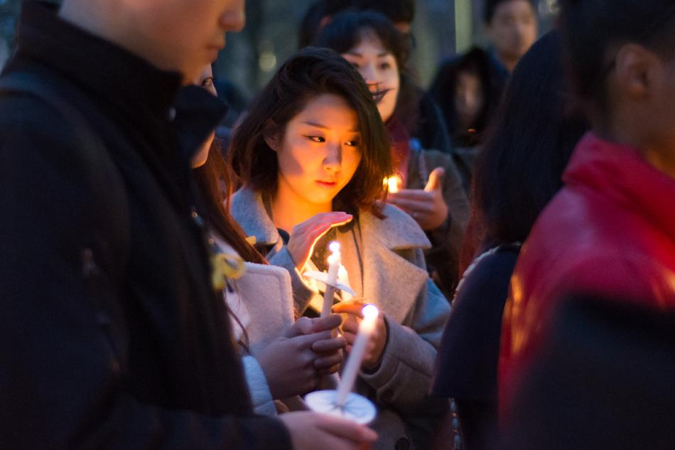 Students+pause+for+a+moment+of+reflection+during+a+candlelight+vigil+Friday+evening+for+victims+of+the+Sewol+ferry+disaster.+The+event+was+organized+by+several+student+groups%2C+including+the+Korean+American+Students+Association.
