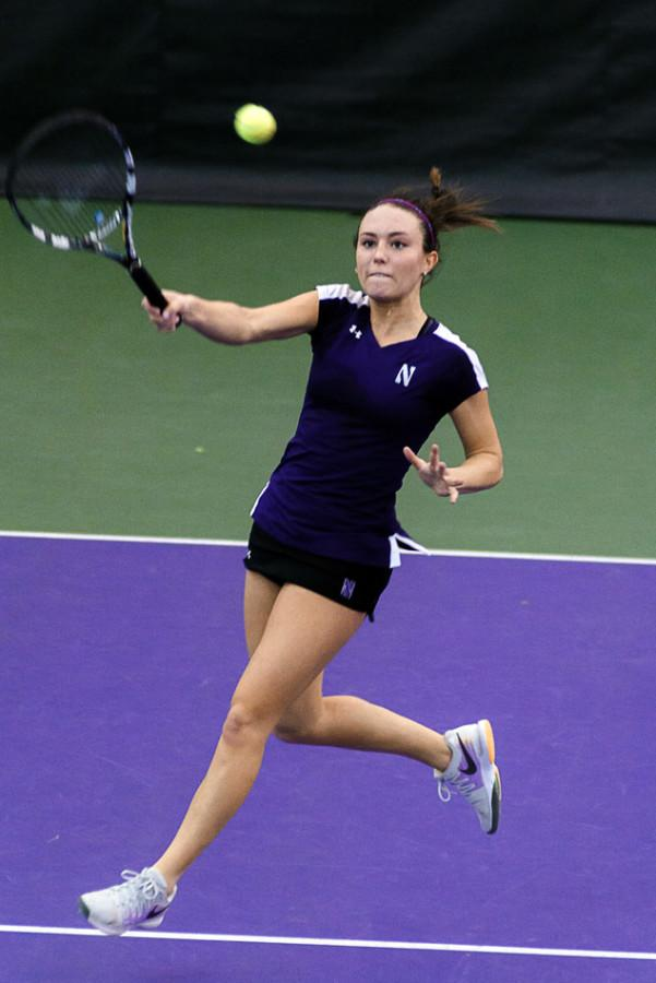 Manon+Peri+returns+a+shot.+The+sophomore+assisted+the+team+in+splitting+a+pair+of+weekend+matches.