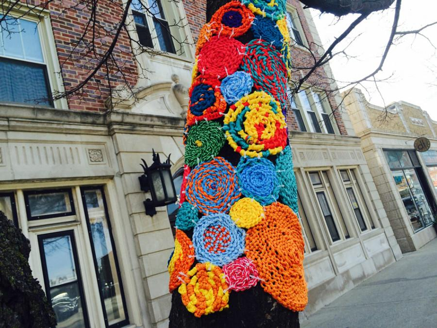 Yarn+circles+will+cover+Evanston+in+the+upcoming+weeks+as+part+of+the+Evanston+Community+Yarn+Art+Project.+Last+Sunday%2C+over+a+dozen+Evanston+residents+got+together+to+learn+about+how+to+become+involved+in+the+project.