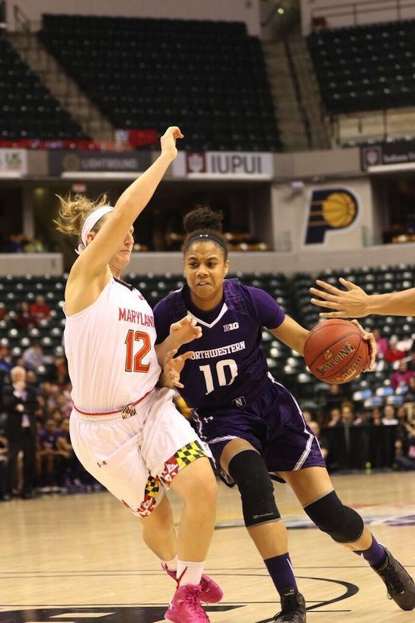 Nia+Coffey+drives+towards+the+basket.+The+junior+forward+was+one+of+only+two+Wildcats+to+score+double-digits+Saturday+as+she+led+all+scorers+with+31.