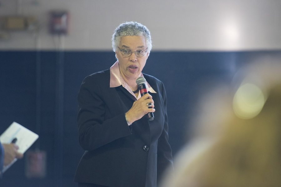 Toni+Preckwinkle%2C+Cook+County+board+president%2C+speaks+at+a+Wednesday+breakfast.+Preckwinkle+and+several+other+city+officials+discussed+progress+on+county-wide+goals+as+well+as+transportation.