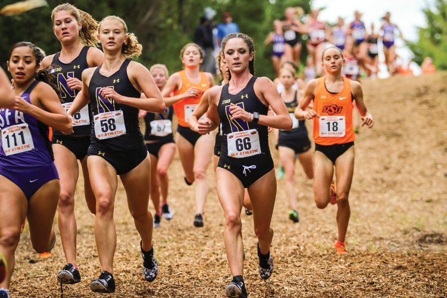 Hannah+Tobin+leads+a+pack+of+runners.+The+freshman+finished+seventh+among+Wildcats+at+NCAA+Regionals.