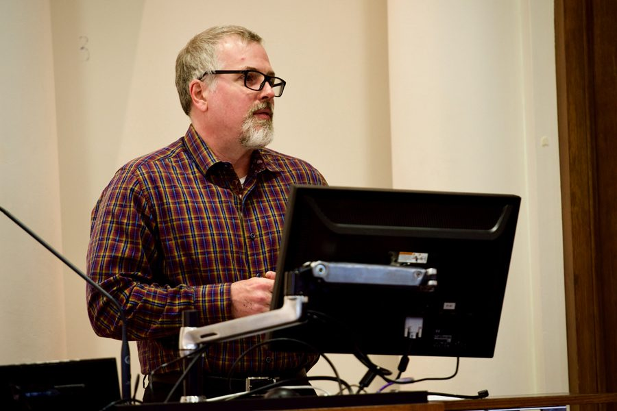 Jeff+VanderMeer+discusses+his+approach+to+environmental+storytelling.+The+acclaimed+speculative+fiction+author+spoke+in+Harris+Hall+on+Friday.+