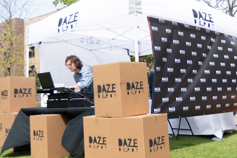 Daze+Depot+sets+up+in+the+fraternity+quad.+The+Northwestern+startup+aims+to+provide+summer+storage+at+a+more+affordable+price.