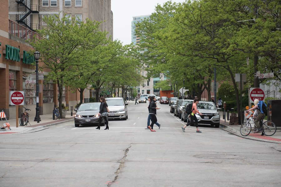 People+walk+in+Downtown+Evanston.+The+city%E2%80%99s+%E2%80%9CWe%E2%80%99re+Out+Walking%E2%80%9D+program+will+begin+its+11th+year+this+Saturday.