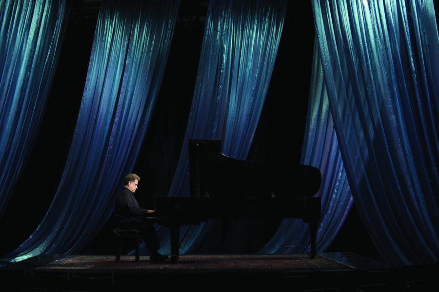 Pianist+Jeffrey+Siegel+performs.+Siegel%E2%80%99s+series+%E2%80%9CKeyboard+Conversations+with+Jeffrey+Siegel%E2%80%9D+will+begin+its+50th+season+Oct.+4.