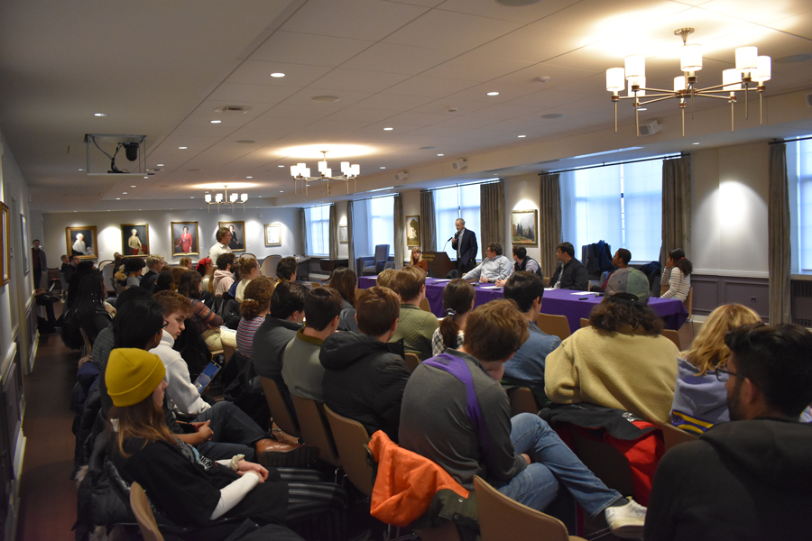 Tuesday%E2%80%99s+ACIR+meeting+in+Guild+Lounge.+Students+expressed+concerns+at+the+lack+of+a+trustee+decision+on+Fossil+Free+Northwestern%E2%80%99s+divestment+proposal.