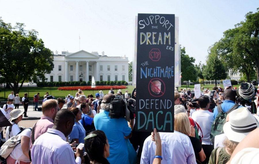 Los manifestantes sostienen carteles durante un rally en soporte de Acción Diferida para los Llegados en la Infancia, o DACA en inglés, fuera de la Casa Blanca en 5 de septiembre de 2017. La Corte Suprema bloqueó la rescisión de la administración Trump del programa el jueves.