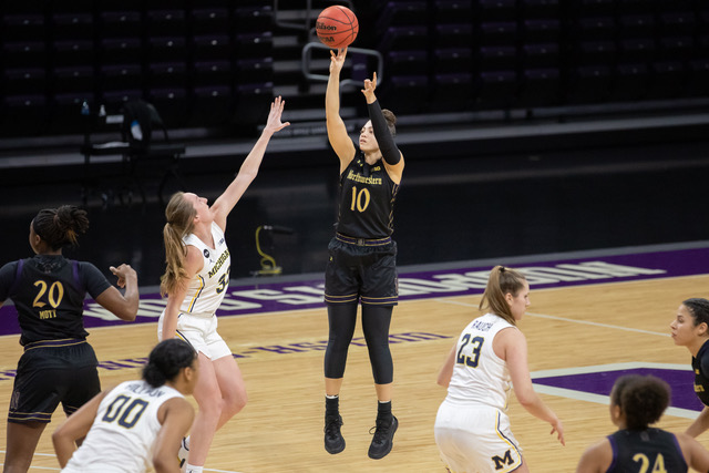 +Lindsey+Pulliam+takes+a+jumpshot.+The+senior+guard+finished+with+17+points+in+No.+22+Northwestern%E2%80%99s+win+over+Penn+State.+
