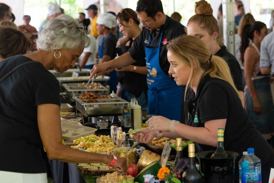 Community+members+get+samples+from+various+local+food+vendors+at+the+fourth+annual+Taste+of+Evanston.+Evanston%E2%80%99s+food+pantries+and+their+partner+businesses+will+continue+to+serve+meals+to+food-insecure+residents+this+winter.%0A